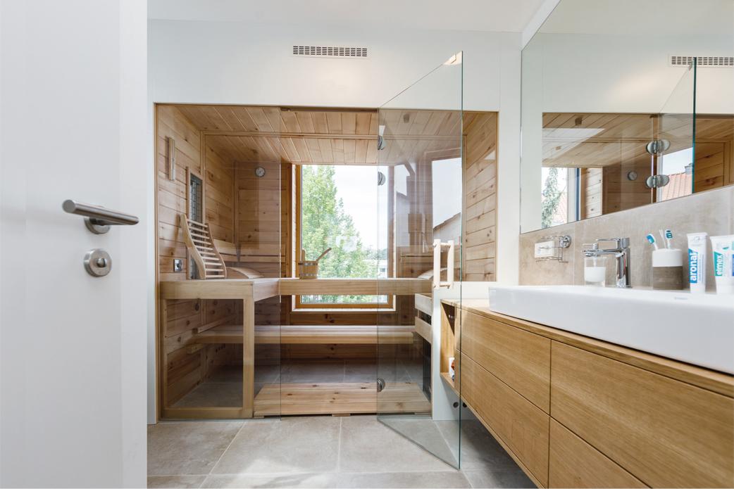 Elternbad mit Sauna im Staffelgeschoss